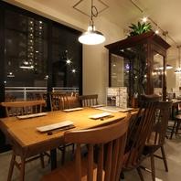 海外輸入のアンティーク家具や照明が彩るおしゃれ空間。