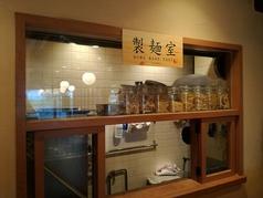 奥のテーブル席のすぐ近くには製麺室が。ほのかに小麦粉の香りが漂ってきます。。