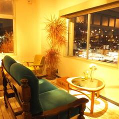【京都の景色・夜景×カップルシート】2名様用のソファー席。全面に広がる大きな窓からはお昼は温かい日差しに包まれた京都の景色、夜は煌めく夜景が眺めれて最高の雰囲気でゆったり寛げます。デートや女性同士のお食事に!