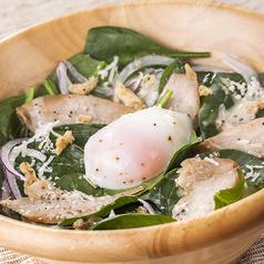料理メニュー写真燻製新得ささみのほうれん草サラダ