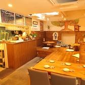 全体的に木材を使った店内とオープンキッチン。温かいホッコリな空間。自宅のように、時には別荘のように。ゆっくりおくつろぎください。