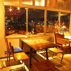 【ランチから、夜カフェ使いにも】アンティーク家具に囲まれたお洒落な空間。ビルの8階なので京都の夜景もお楽しみ頂けます。