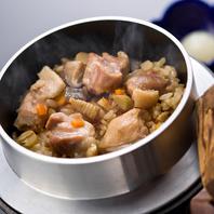 お釜でふっくらと炊き上げ!鶏出汁が香る「絶品釜飯」