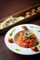 料理メニュー写真トマトの美味しさ丸々!『フレッシュトマトとバジルのシンプルパスタ』