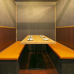 4名様から8名様用のテーブルにはベンチシートタイプのテーブル席を用意。3方向を壁に囲まれた半個室タイプのお席は楽しいご宴会を行うには必須です。