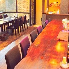 シンプルなカウンター席。お1人様でも《Forno&Bar Pino》の雰囲気をお楽しみいただけます。ふたりの距離を縮めたいカップルの方々にも人気のお席です。ワインやカクテルなどをメインに楽しみたい方にも人気のあるお席です。