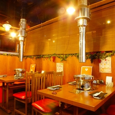 お食事から宴会まで人数と用途で使い分けできるテーブル席!木のぬくもりが感じられる癒しの空間♪