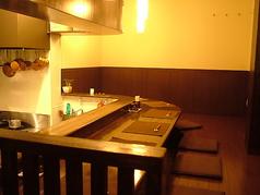 シェフが目の前で焼いてくれる1階カウンター席では、鉄板焼きの醍醐味を存分に味わえます。