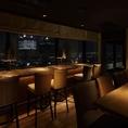 テーブル席からも窓からの夜景をお楽しみいただけます。会社の宴会や忘年会、歓送迎会、女子会、お誕生会などにも大変ご好評いただいております。お得な飲み放題付きパーティープランは4500円~。自慢の燻製料理や樽生クラフトビールを夜景と共にご堪能ください。