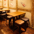 内装や椅子にもこだわった、おしゃれなモダン空間。広々としたテーブル席。