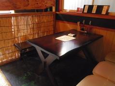 4名がけのテーブル席です。仕切りで隔てているので、半個室のようにくつろげます。