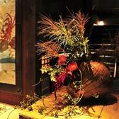 四季に応じた花々でお出迎え致します。玄関から感じられる和の雰囲気は外国人をもてなす接待・会食にもオススメです。四季折々の「新潟の旬」が味わえるワンランク上の和食もご提供しております。個室で周りを気にせず、ゆっくりとお食事をお召上がり頂けます。