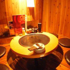 人気の酒樽風個室は、デート・ご家族でのご利用に◎