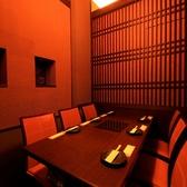 """【テーブル個室】落ちついた暖かみある8名様が着座いただける個室です。気の合う仲間とプライベートな空間でお食事をお楽しみいただけます♪心斎橋でお得に""""宴""""いかがでしょうか。"""