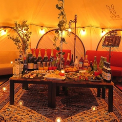 テントサイズ(大)。8名~20名までOKの大きめのテント。中はソファー席で広々とした空間です。1時間1組+1000円です。