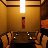 【テーブル個室】落ちついた暖かみある8名様が着座いただける個室です。落ちついた雰囲気の良い個室は接待などにもおすすめです。食べ飲み放題は、豊富なプラン揃えておりますので、ぴったりのプランも見つかるはず!
