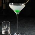 【蛍火 (Trip Highオリジナル)】ホワイトラム・ピーチリキュール・よもぎリキュール・アーモンドシロップ・フレッシュライムジュースを使った当店オリジナル。水面を蛍の光が照らす様を再現した一杯です。ぜひご賞味下さい♪