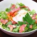 料理メニュー写真温玉子のせシーザーサラダ