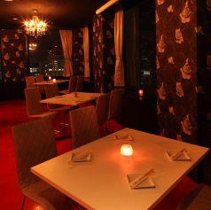 シャンデリアのある夜景テーブル席