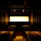 【最大20名様のテーブル席個室】20名様がご利用いただける個室です。間接照明を利用した落ちついた雰囲気の個室は人気。嬉しいらくらく♪心斎橋駅から徒歩1分の居酒屋!是非、黄金の鱗 心斎橋店へお越しください。