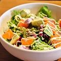料理メニュー写真ロメインレタスのシーザーサラダ/アボカドとサーモンのサラダ