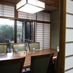 【2階 座敷テーブル個室/6名様まで】少人数利用にぴったりの、座敷テーブル席をご用意。こちらは、壮大な石灯籠が印象的な中庭を眺めることができるお部屋です。食事のしやすい大きめのテーブルと椅子を設置しており、足元はカーペット敷きのため居心地も抜群。ゆったりのんびり、皆様だけのひと時をお楽しみいただけます。