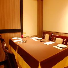 広々と落ち着いた雰囲気のテーブル席。ご家族、ご友人など、皆様でお食事を楽しんで頂く際におすすめ!