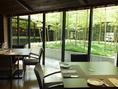 中央の庭園を見ながらランチも◎。緑の景色に癒されながら美味しいお料理を召し上がれ。