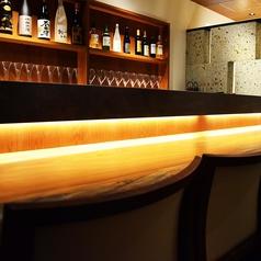 まるでラウンジのような空間でしっぽりお酒を。お一人様でも、お二人でもゆったりとした時を過ごせます。