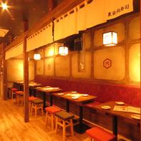 こだわりの赤と黒を基調とした店内空間。