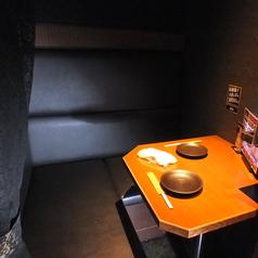 カーテン個室タイプのカップルシート★プライベート空間が楽しめる落ち着いた大人な雰囲気となっております♪記念日デートや大切な日ににピッタリ♪サプライズでお祝いケーキ♪ホールケーキ1000円(税込)でご用意致します!大切な方へのサプライズに♪2日前まで要ご予約【難波 居酒屋 個室 食べ放題】