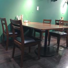 四名掛けのテーブル席有