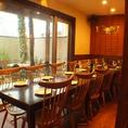 窓側のお席はテーブルをつなげれば14名までのPARTYが可能です。10名以上で半個室の貸切も。
