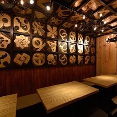 店内コンセプトは江戸の火消し!木のぬくもりを感じられるインテリア、江戸酒場、エド火消を連想するコンセプトになっております。江戸時代に戻ったような感覚になる店内で熱々の駆け込み餃子をお召し上がりください!