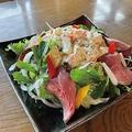 料理メニュー写真ローストビーフ&ポテサラサラダ