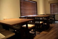 2階に喫煙室に4名掛けのテーブル席が3つと禁煙室に4名掛けのテーブル席が3つをご用意しております