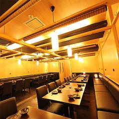 テーブルでの大人数個室も完備致しております。最大60名様まで対応◎会社の忘年会、結婚式などの二次会に仲間でワイワイ盛り上がろう♪※系列店舗との併設店舗となります