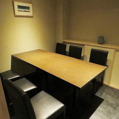 【個室】4名様個室が1つ、6名様個室が1つ、4名様半個室が1つございます。個室を組み合わせて8名様までご利用いただけます。