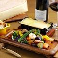 料理メニュー写真卓上ラクレットチーズフォンデュ 旬の具材セット