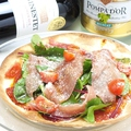 料理メニュー写真生ハムのサラダピザ