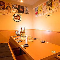 シックな色合いでまとめられた落ち着いた雰囲気の個室。旬の食材をふんだんに使用した自慢の料理を囲んで、和やかなひと時をお過ごしください。人気のお部屋ですので、お早目のご予約がおすすめです。【神田駅 神田個室居酒屋 飲み放題 貸切OK 新年会 忘年会】
