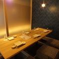 【10名様用 掘りごたつ式完全個室】ちょっとした集まりや飲み会にオススメの完全個室。柔らかな照明に照らされた、静かでくつろげる完全個室で、自慢の海鮮料理や銘柄日本酒をお楽しみください♪プレミアム飲み放題は銘柄日本酒・焼酎も対象ですので、銘酒がお好きな方・堪能したい方にはオススメのプランです◎