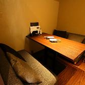 小上がりの4名様のソファー個室です。秘密基地の様なこちらの個室は絶巓唯一のソファー席です。デートに、仲の良い友人と、女子会に、と様々なシーンでご利用頂けます。予約必須の個室ですので、こちらのお部屋をご指定の際は、予めお電話にてご確認下さい。