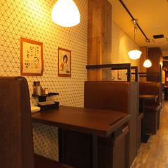2名様~ご利用可能なテーブル席。デートや女子会向けの少人数様用のテーブル席を1階、2階にご用意しております。会社帰りのちょっとした飲み会にも最適。
