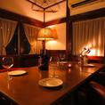 1階奥には~6名様程度までのお食事に最適な完全個室もございます。窓からは庭園やテラス席も眺められます。洋風の一軒家を改装した店内でゆっくりとお食事をお楽しみいただけます。