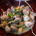 有明産のアサリをにんにくと白ワインで味付け!!お酒にピッタリの料理です。奏宴の裏メニューです!!その他、多くの裏メニューは奏宴のおすすめ!!