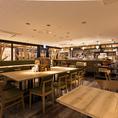 木のテーブル、緑色のイス、広々とした空間はテラスにいるかのよう♪