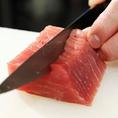 自社漁場から直送のブランド魚と、卸売から直接入荷する素材を仕入れるからこそ叶った、お得な値段と本物の新鮮魚介をお届け!他店にはマネできない様々なお魚と素材をご堪能いただけます。旨味の豊かな素材の味を活かして職人が調理する料理は、どれも自信をもってご提供できる逸品揃いです。