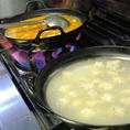 奏宴、看板メニュー!!名物!炙りもつ鍋!!天草大王の鶏ガラスープをベースに塩、辛味噌、合わせ味噌の3種の味で。