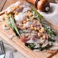 料理メニュー写真焼きロメインのチーズサラダ